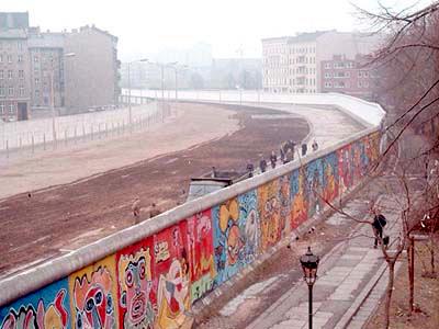 Deze afbeelding heeft een leeg alt-attribuut; de bestandsnaam is Berlijnse-muur.jpg